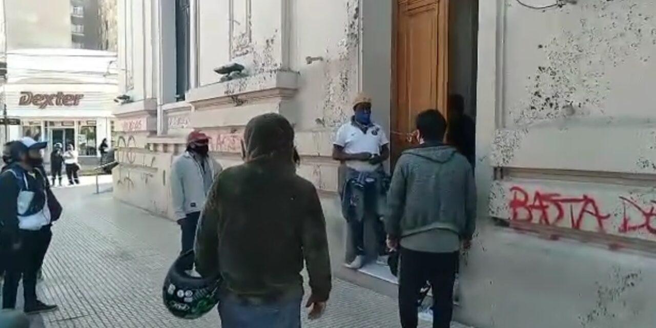 Vendedores del paseo del Padre se encadenaron en la Municipalidad