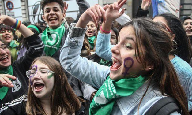 Entre los 15 y los 25 años casi el 80% avala el aborto