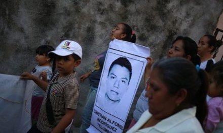 Fiscalía mexicana identifica los restos de uno de los 43 estudiantes desaparecidos de Ayotzinapa