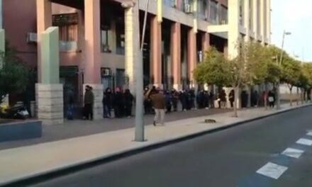 Más de 200 personas pasando frio para sacar un turno y el Hospital Carrillo permanece cerrado